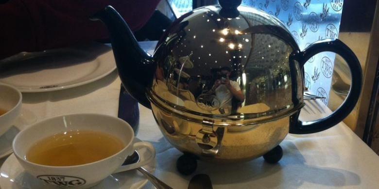 Alexandria, jenis green tea yang dihidangkan di dalam pot berwarna keemasan.