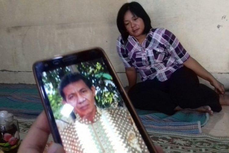 Foto almarhum Misdi. Sang istri, Nanik (belakang), bercerita tentang saat-saat terakhir suaminya di rumah mereka di Sumber, Banjarsari, Solo, Jumat (1/9/2017).