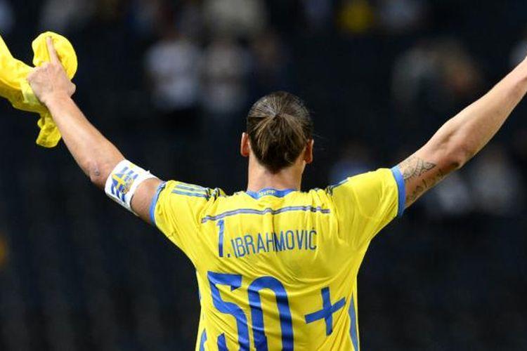 Penyerang timnas Swedia, Zlatan Ibrahimovic, merayakan gol keduanya ke gawang Estonia dalam laga uji coba melawan Estonia, Kamis (4/9/2014). Gol tersebut membuat dia memecahkan rekor sebagai top scorer sepanjang masa Swedia karena sudah mengemas 50 gol.