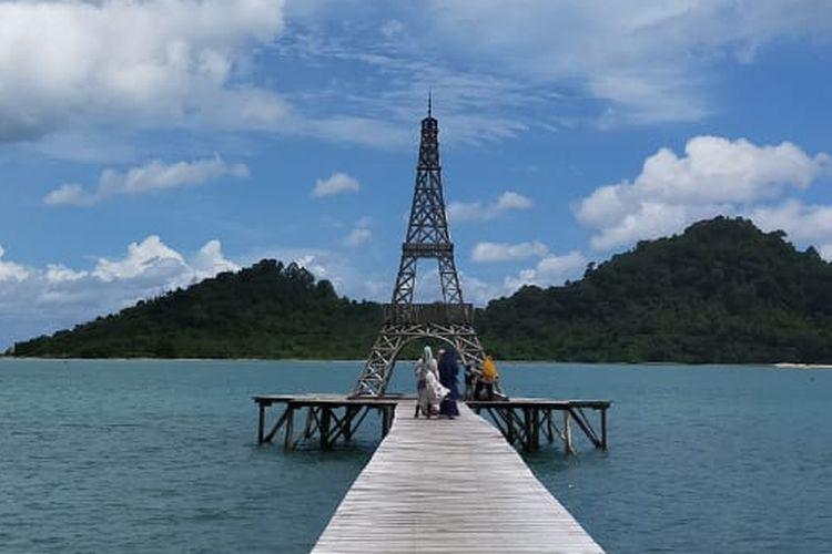 Replika Menara Eiffel di Pantai Lhok Seudu, Desa Layeun, Kecamatan Leupung, Kabupaten Aceh Besar, Minggu (19/7/2020).