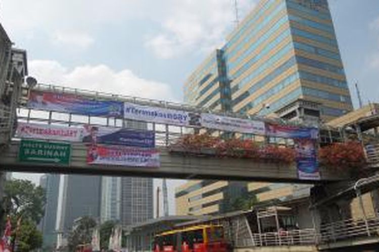 Berbagai spanduk apresiasi terhadap 10 tahun kepemimpinan Presiden Susilo Bambang Yudhoyono yang terpasang di jembatan penyebrangan orang Sarinah, Jakarta Pusat, Minggu (19/10/2014)