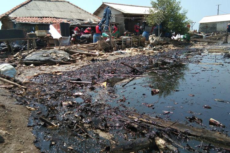 Tambak yang terdampak minyak mentah di Desa Cemarajaya, Kecamatan Cibuaya, Kabupaten Karawang