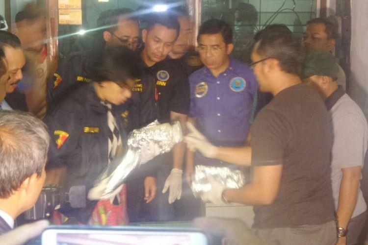 Menteri Keuangan Sri Mulyani mendatangi rumah yang dijadikan gudang penyimpanan 300 kilogram sabu di Jalan Muara Karang D3 Selatan No. 16, Penjaringan, Jakarta Utara, Rabu (26/7/2017).