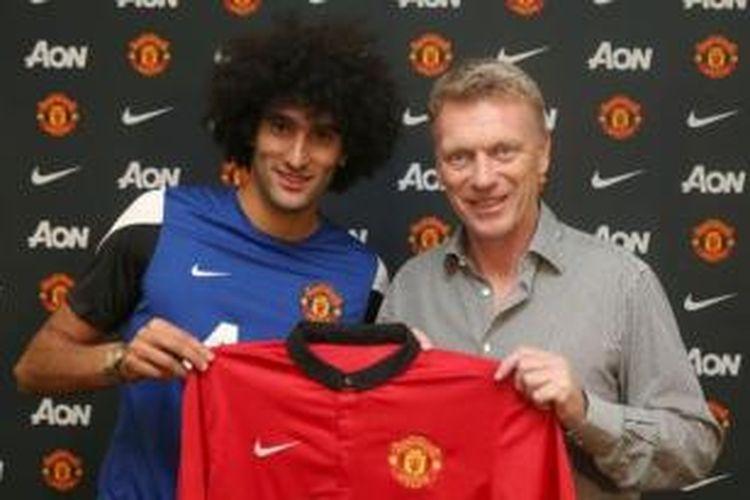 Gelandang Manchester United, Marouane Fellaini (kiri) bersama pelatih David Moyes.