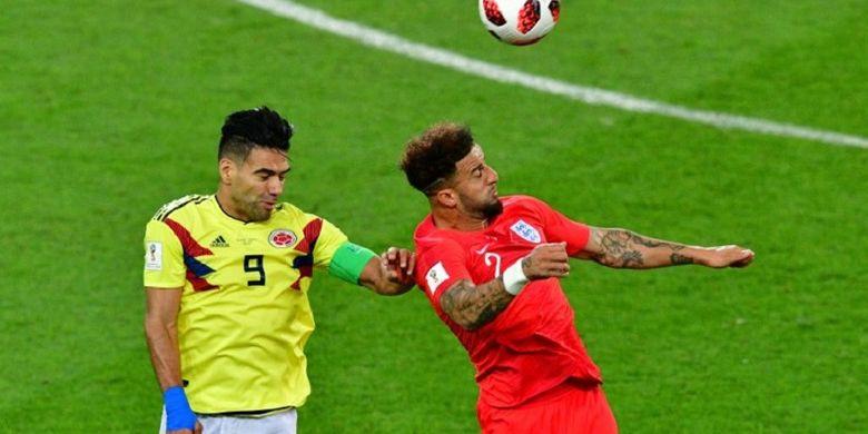 Radamel Falcao dan Kyle Walker memperebutkan bola dalam duel udara saat Kolombia berhadapan dengan Inggris pada babak 16 besar Piala Dunia 2018 di Stadion Spartak, 3 Juli 2018.