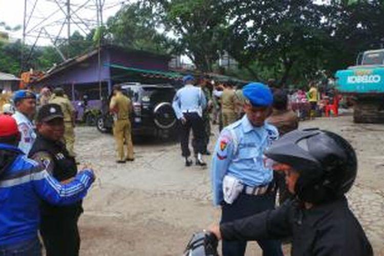 Polisi Militer TNI AU berjaga di lokasi lapo di mana seorang mayor TNI sempat membuat penertiban berjalan alot, Rabu (4/2/2015).