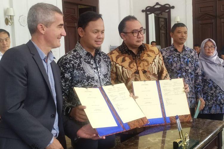 Wali Kota Bogor Bima Arya Sugiarto bersama Jo Colas Iroda, sebuah perusahaan konsultan asal Perancis, usai melakukan penandatanganan nota kesepahaman dimulainya kajian trem di Kota Bogor,Jumat (6/9/2019).