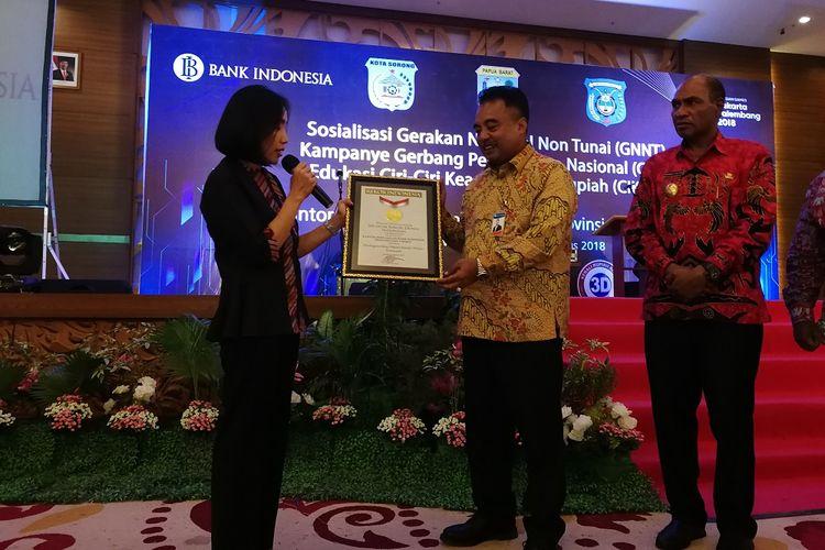 Bank Indonesia mendapat penghargaan dari MURI setelah membagikan 1.500 uang elektronik ke pelajar di Sorong, papua Barat, Jumat (10/8/2018)