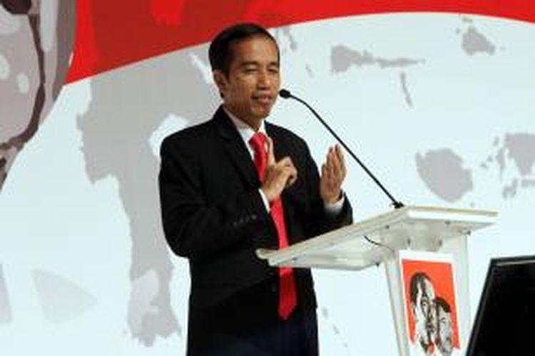 Calon presiden Joko Widodo memaparkan visinya dalam bidang ekonomi pada acara pemaparan platform ekonomi Jokowi-JK, di Jakarta Selatan, Rabu (4/6/2014). Acara yang diadakan oleh kelompok pendukung Joko Widodo-Jusuf Kalla (KPP Jokowi-JK) ini untuk mengetahui dan memahami arah prioritas kebijakan ekonomi pemerintahan pasangan capres dan cawapres Jokowi-JK secara langsung.