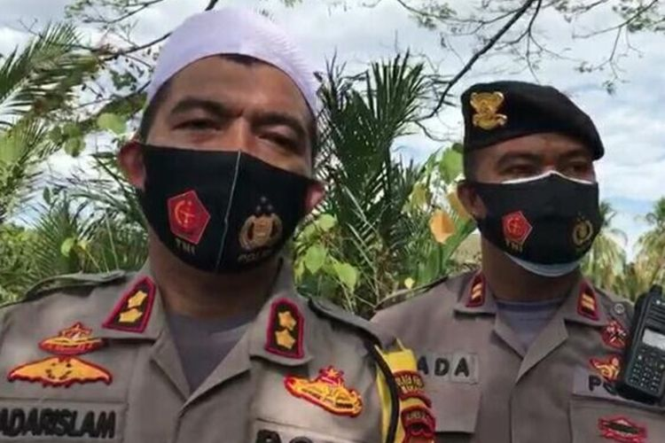 Kapolres Pelabuhan Makassar AKBP Kadarislam saat diwawancara wartawan usai pemakaman Anjas korban penembakan di Makassar, Senin (31/8/2020).