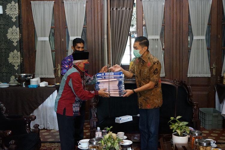 Wali Kota Salatiga Yuliyanto menyerahkan bantuan faceshield kepada pedagang Pasar Pagi.