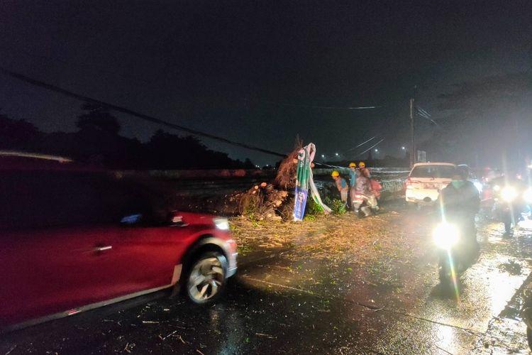 Sejumlah kendaraan melintas di Jalan Pajajaran, Pamulang, Tangerang Selatan yang sempat tertutup pohon tumbang, Kamis (6/5/2021).