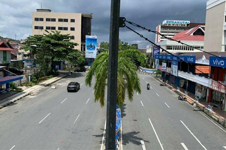 Salah satu ruas jalan protokol di Balikpapan yang sepi saat penerapan Kaltim steril selama dua hari, Sabtu (6/2/2021) dan Minggu (7/2/2021).