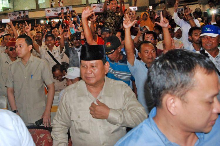 Capres nomor urut 02 Prabowo Subianto (tengah) menghadiri Dialog Kebangsaan di GOR Kota Mojokerto, Jawa Timur, Minggu (24/2/2019). Prabowo berdialog dengan pengurus dan anggota Asosiasi Petani Tebu Rakyat Indonesia (APTRI). ANTARA FOTO/Syaiful Arif/ama.