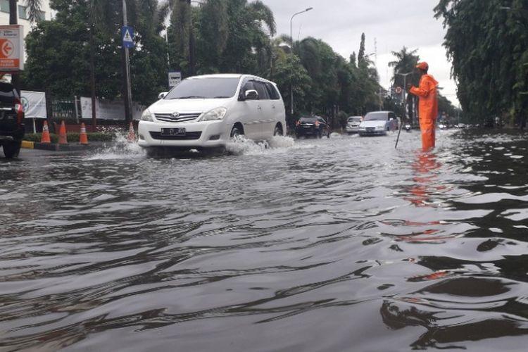 Genangan air di Jalan Raya Gading Kirana imbas meluapnya Kali Bukit Gading Raya, Selasa (5/3/2019) pagi.