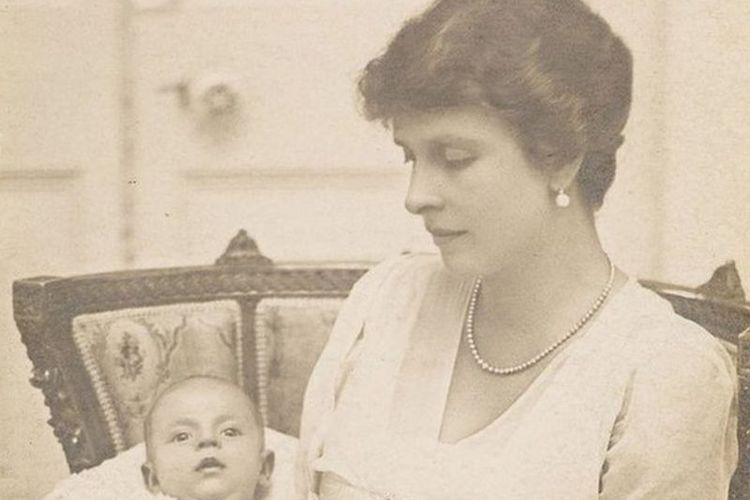 Pangeran Philip ketika masih bayi di pangkuan ibunya.