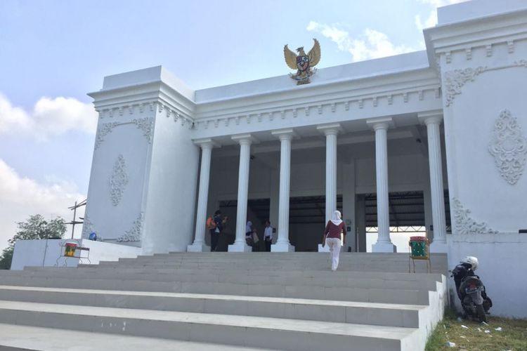 Inilah Kantor Desa Kemuningsari Kidul, Kecamatan Jenggawah, Kabupaten Jember, Jawa Timur, Yang Terinspirasi Dari Istana Negara.