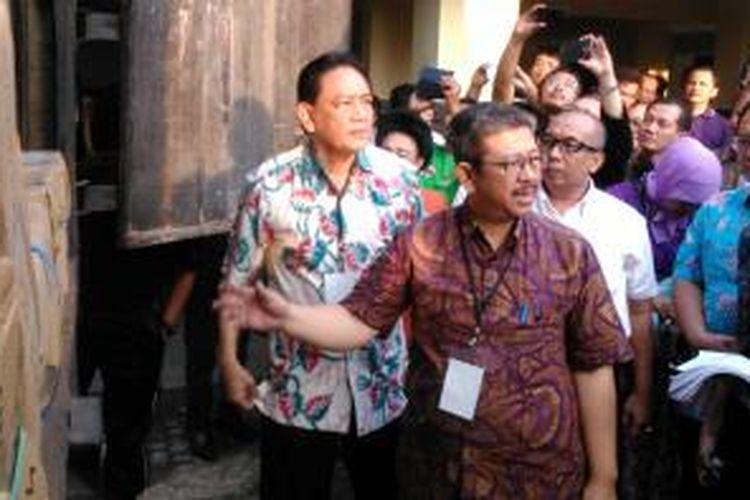 Kepala Dinas Pendidikan Arie Budhiman mengecek distribusi naskah soal ujian nasional di SMKN 26 Jakarta Timur, Sabtu (11/4/2015).