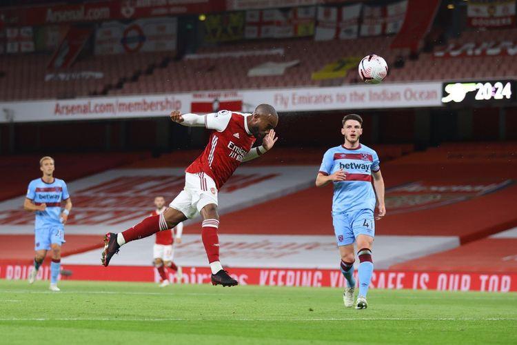 Sundulan striker Arsenal Alexandre Lacazette (tengah) berbuah gol ke gawang West Ham United pada laga pekan kedua Liga Inggris 2020-2021 di Stadion Emirates, Sabtu (19/9/2020) atau Minggu dini hari WIB.