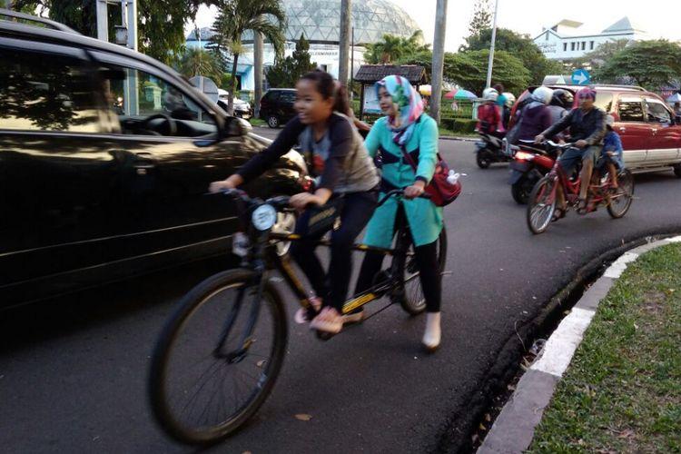Penyewa sepeda di Taman MIni Indonesia Indah (TMII) Jakarta Timur