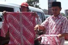 Hari Batik, Pengusaha Bagi-bagi Batik Gratis
