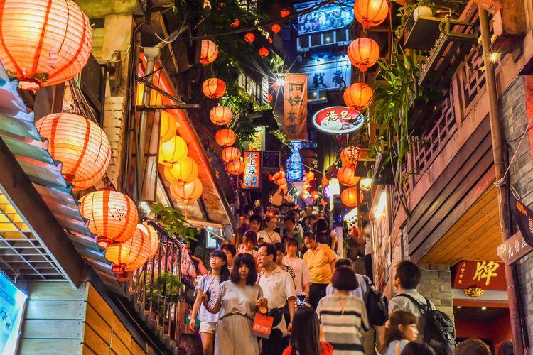Ilustrasi Taiwan - Pemandangan wisata malam di Jiufen, New Taipei City.