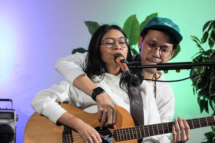 Band Indie Endah n Rhesa  tampil di acara Rooftop Gigs di Menara Kompas, Palmerah, Jakarta Pusat, Selasa (4/2/2020).