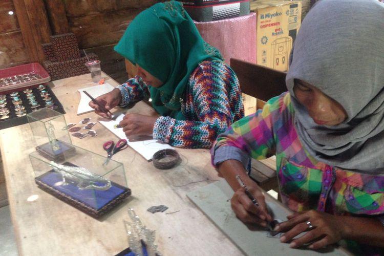 Proses pembuatan perhiasan nusantara di sentra UKM ZEN Silver di Desa Mijen, Kecamatan Kebonagung, Kabupaten Demak.