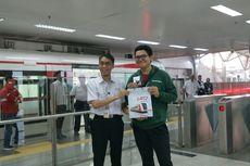 Penumpang Dapat Cendera Mata pada Hari Pertama Operasi Komersial LRT Jakarta