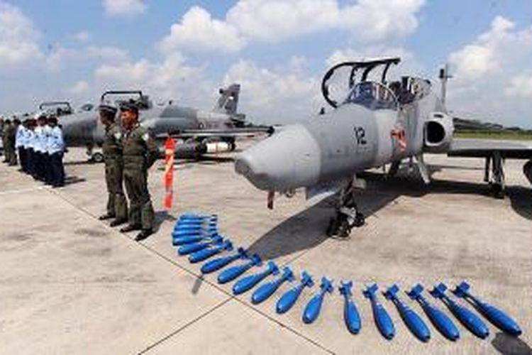 Pesawat tempur F-16, F-5 Tiger, dan Hawk 100/200 disiagakan saat Panglima Kostrad yang juga Panglima Komando Gabungan TNI dalam Latihan Gabungan (Latgab) TNI 2013 Letnan Jenderal TNI M Munir melakukan peninjauan komando tugas udara gabungan di Lanud Iswahjudi, Magetan, Jawa Timur, Sabtu (27/4/2013). Pembukaan Latgab TNI akan dillaksanakan pada tanggal 2-3 Mei yang rencananya akan dihadiri Presiden Susilo Bambang Yudhoyono di Asembagus, Kabupaten Situbondo, Jawa Timur.