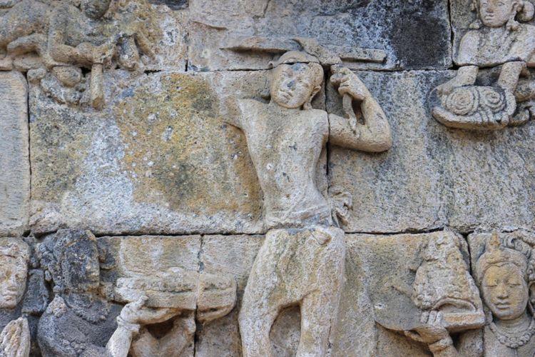 Relief Siddharta Gautama memangkas rambut, Candi Borobudur, Jawa Tengah.