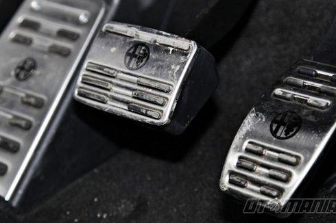 Mengemudi Mobil Transmisi Matik Jangan Pakai 2 Kaki, Bahaya