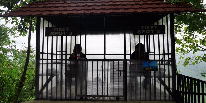 Tempat pembelian tiket untuk bisa berfoto di spot foto wisata alam Bukit Kalibiru, Desa Hargowilis, Kecamatan Kokap, Kulon Progo, Daerah Istimewa Yogyakarta, Jumat (3/11/2017).