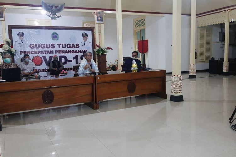 Sekretaris Dinas Kesehatan Gunungkidul Priyanta Madya Satmaka (Sebelah Kiri Foto) Wakil Bupati Gunungkidul Immawan Wahyudi ( Tengah) Saat Jumpa Pers di Bangsal Sewokoprojo Wonosari Sabtu (15/8/2020) malam