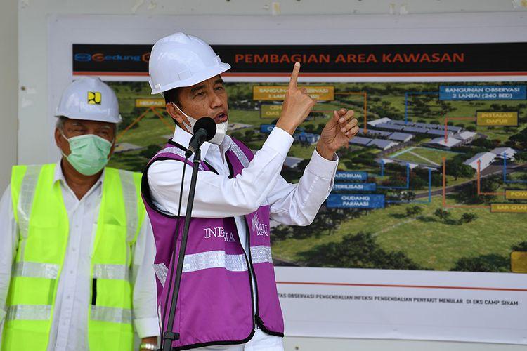 Presiden Joko Widodo (kanan) didampingi Menteri PUPR Basuki Hadimuljono memberikan keterangan pers saat meninjau Rumah Sakit Darurat Penanganan COVID-19 di Pulau Galang, Batam, Kepulauan Riau, Rabu (1/4/2020). Kunjungan kerja tersebut untuk memastikan kesiapan rumah sakit yang akan mulai beroperasi pada Senin 6 April 2020 mendatang.