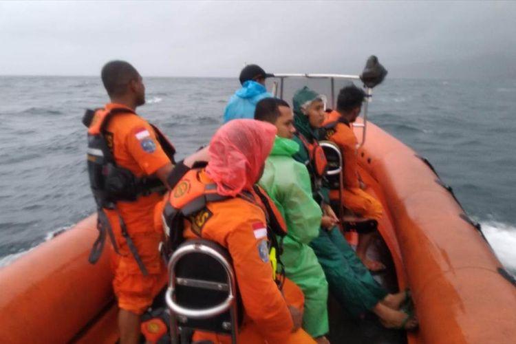 Regu penyelamat dari kantor Tim SAR Ambon mencari seorang penumpang KM Tidar bernama Arham yang hilang di Perairan Pulau Tiga, Maluku, Selasa (16/7/2019) FOTO KEPALA SAR AMBON