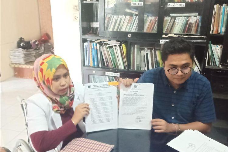 drg Romi dengan kuasa hukumnya Wendra Rona memperlihatkan dokumen yang menjadi bahan gugatannya ke PTUN