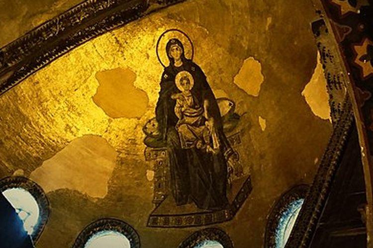 Bunda Maria dan Yesus Kristus yang dilukiskan pada lengkung kubah utama Hagia Sophia. [Via Wikimedia Commons]