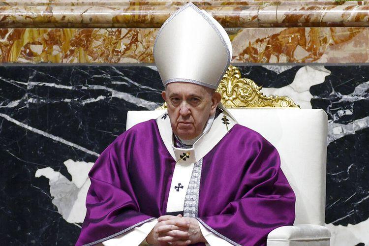 Paus Fransiskus merayakan misa Rabu Abu memimpin umat Katolik memasuki Prapaskah, di Basilika Santo Petrus di Vatikan, Rabu, 17 Februari 2021.