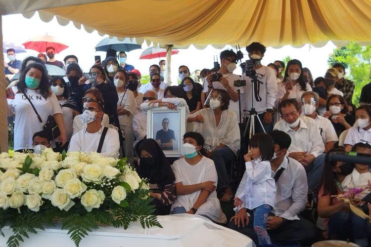 Suasana upacara pemakaman suami Joanna Alexandra, Raditya Oloan, di San Diego Hills, Karawang, Jawa Barat, Minggu (9/5/2021).