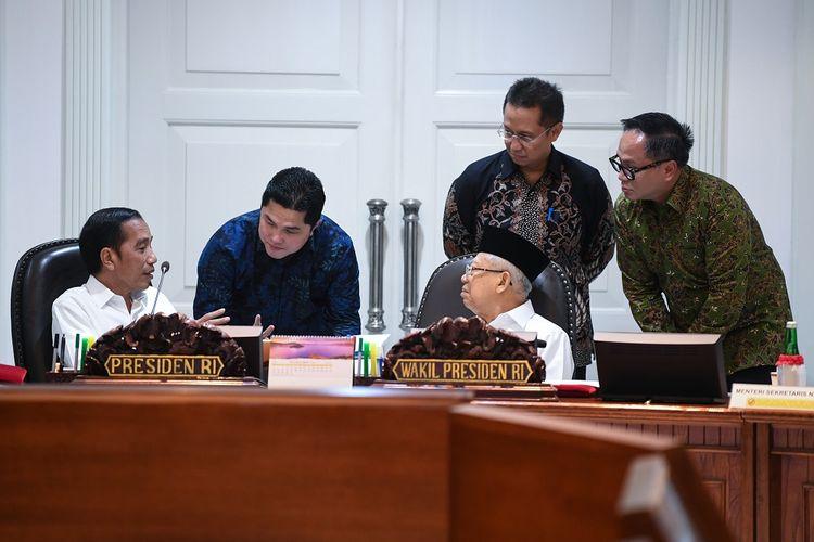 Presiden Joko Widodo (kiri) berbincang dengan Wakil Presiden Maruf Amin (tengah), Menteri BUMN Erick Thohir (kedua kiri) dan Wamen BUMN Budi Gunadi Sadikin (kedua kanan) dan Kartika Wirjoatmodjo (kanan) sebelum memimpin rapat kabinet terbatas di Kantor Presiden Jakarta, Rabu (30/10/2019). Ratas tersebut membahas penyampaian program dan kegiatan di bidang kemaritiman dan investasi. ANTARA FOTO/Wahyu Putro A/foc.