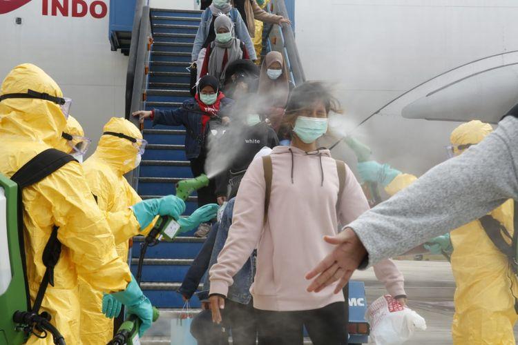 Proses desinfeksi pada WNI yang dievakuasi dari Wuhan ke Natuna melalui Batam, Minggu (2/2/2020). Foto: Dok Kemenlu via Kompas TV