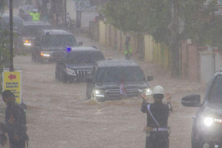 Presiden Joko Widodo yang berada di dalam mobil kepresidenan melintasi banjir di Desa Pekauman Ulu, Kabupaten banjar, Kalimantan Selatan, Senin (18/1/2021). Kunjungan kerja tersebut dalam rangka melihat langsung dampak banjir dan meninjau posko pengungsian korban banjir di Provinsi Kalimantan Selatan. ANTARA FOTO/Bayu Pratama S
