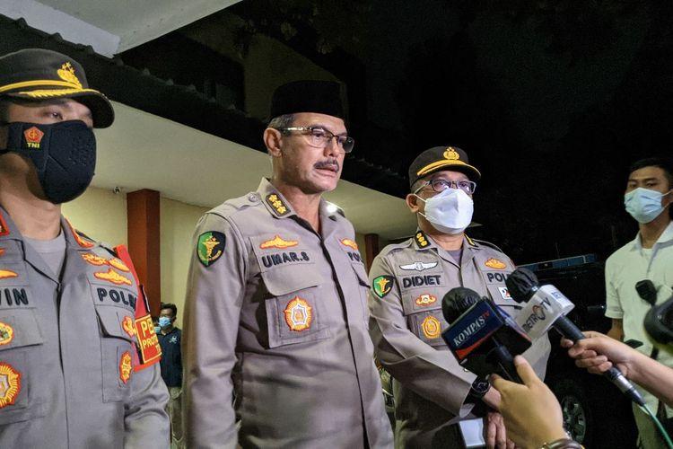 Wakil Kepala Rumah Sakit RS Polri Kramat Jati Kombes Pol Umar Shahab memberikan keterangan terkait otopsi jenazah terduga teroris ZA di RS Kramat Jati Jakarta Timur, Kamis (1/4/2021)
