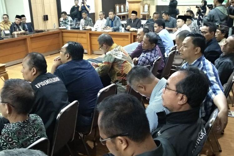 Wali Kota Tasikmalaya Budi Budiman, memimpin rapat darurat waspada pandemi virus corona di Pemkot Tasikmalaya, Minggu (15/3/2020) tengah malam.