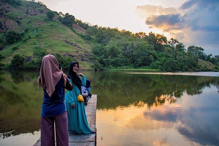 Pengunjung berfoto di Telaga Claket Wonogiri.
