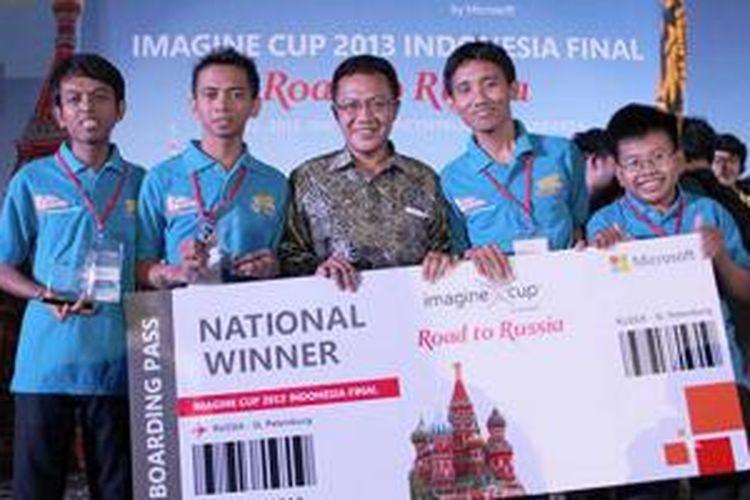 Anggota Tim Solite Studio berpose di panggung dalam acara final Imagine Cup 2013 tingkat Indonesia, Jumat (12/4/2013)