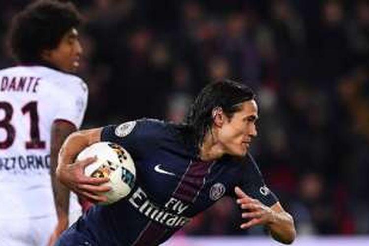 Striker PSG, Edinson Cavani, merayakan gol ke gawang Nice pada pertandingan Ligue 1 di Parc des Princes, Minggu (11/12/2016).