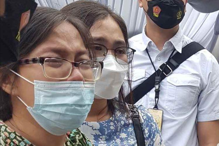 Keluarga korban dalam rekonstruksi kasus penembakan yang dilakukan Bripka Cornelius di kafe Raja Mura Cengkareng, Jakarta Barat, pada 25 Februari 2021, yang digelar pada Senin (29/3/2021).