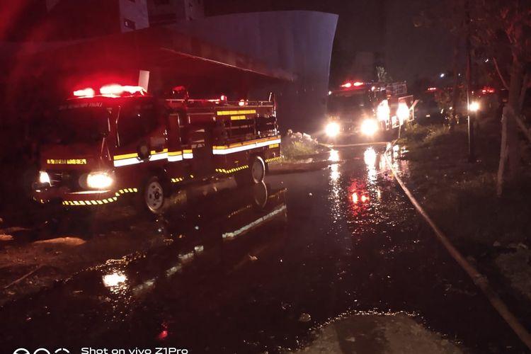 Mobil damkar menuju lokasi kebakaran proyek gedung apartemen di kelurahan wijaya kusuma, kecamatan grogol petamburan, Senin (2/11/2020)